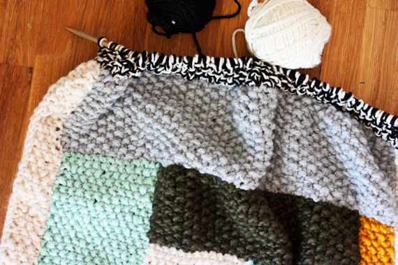 scrap yarn seed stitch blanket (click through for how-do video)